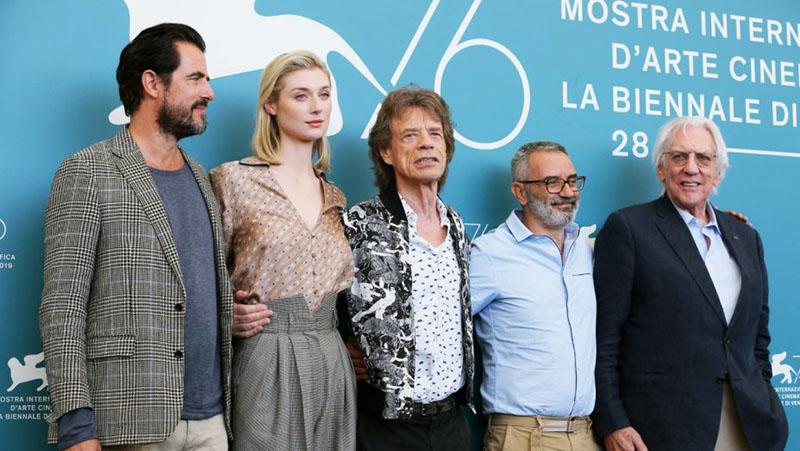 Mick Jagger és a stáb