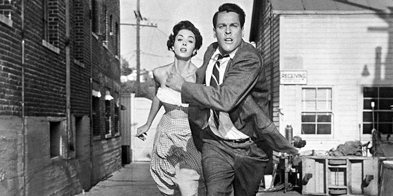 Emblematikus kép az 50-es évek szörnyfilmjeiből, Dana Wynter és Kevin McCarthy menekül a tömeg elől