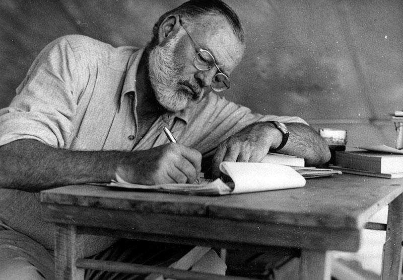 Hemingway munka közben az egyik afrikai vadászaton