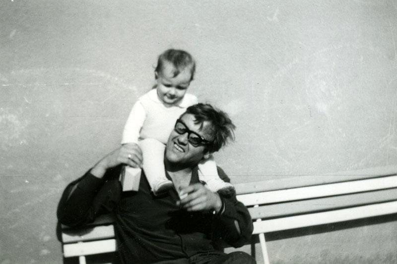 Az egyik publikus fotó Kondor Vilmosról gyermeke társaságában
