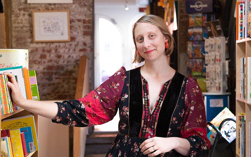 Emma Straub saját könyvesboltjában