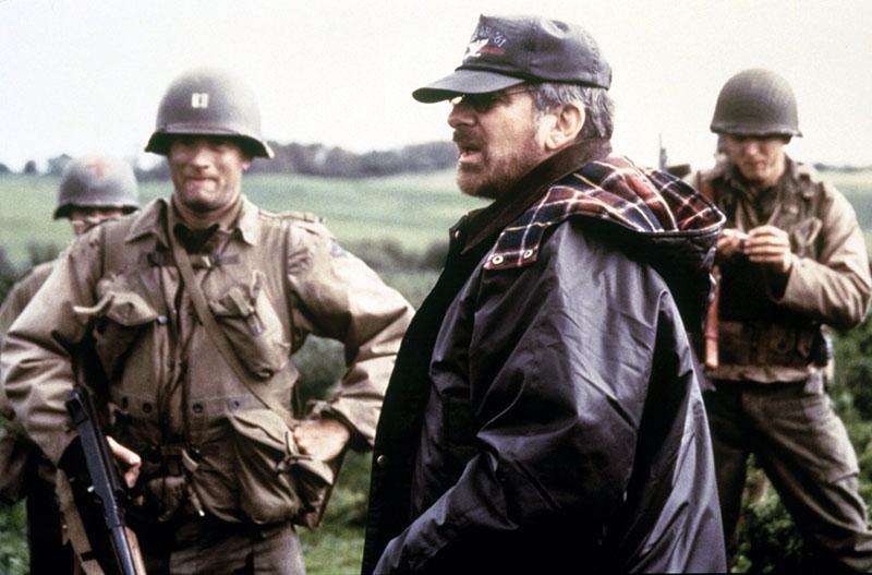Tom Hanks és Spielberg a Ryan közlegény megmentése forgatásán