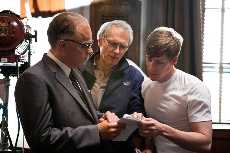 Eastwood instrukciókat ad a teljesen elmaszkírozott Leonardo DiCaprionak