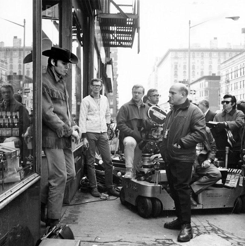 Jon Voigt és Schlesinger (jobbra) az Éjféli cowboy forgatási szünetében