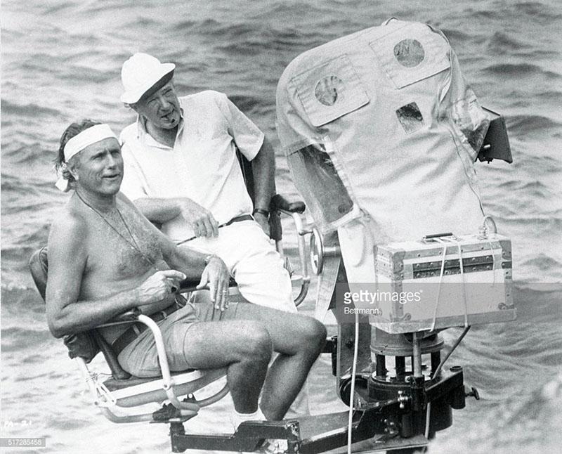 Franklin J. Schaffner (kalapban) a Pillangó forgatásán