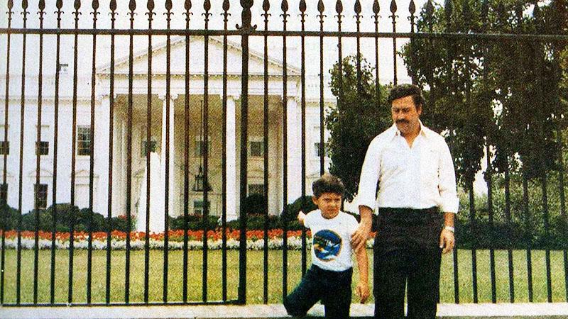 Pablo Escobar és Juan Pablo Escobar a 80-as évek közepén a Fehér Ház előtt