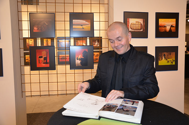 A művész az egyik kiállítás megnyitója után