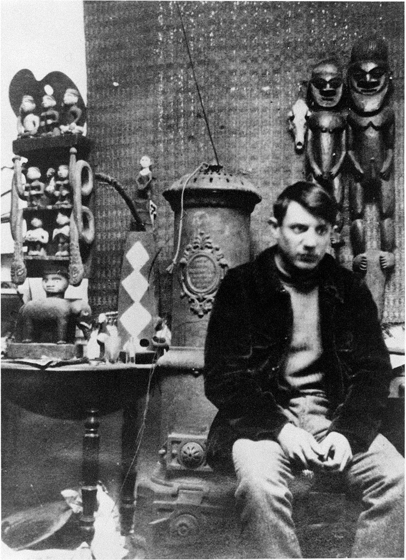 A fiatal Picasso szobraival műtermében