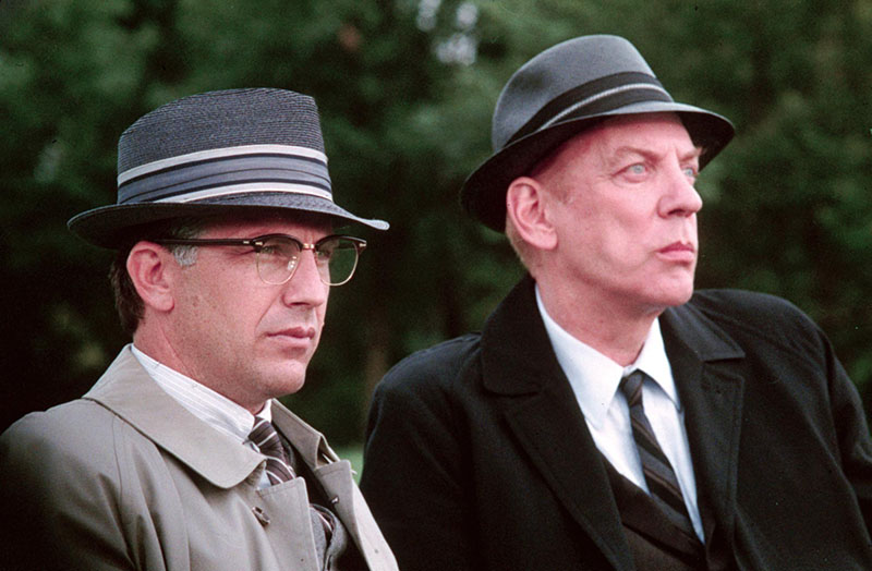 Kevin Costner, és Mr. X szerepében Donald Sutherland