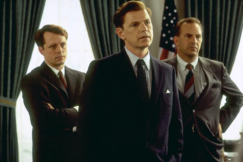 Bruce Greenwood (középen) az egyik legjobb Kennedy-alakítást nyújtja
