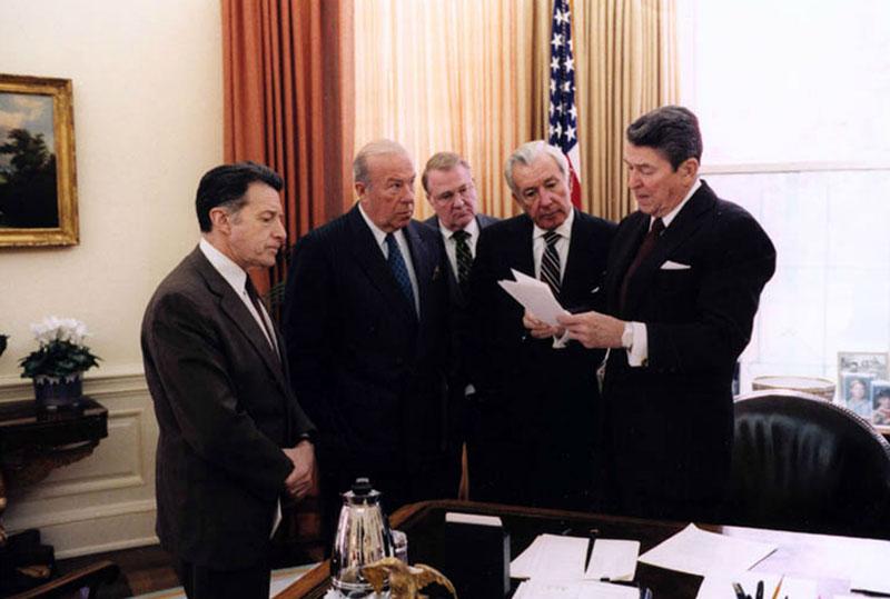 Reagan és tanácsadói tárgyalják az Iran-contra-ügyet