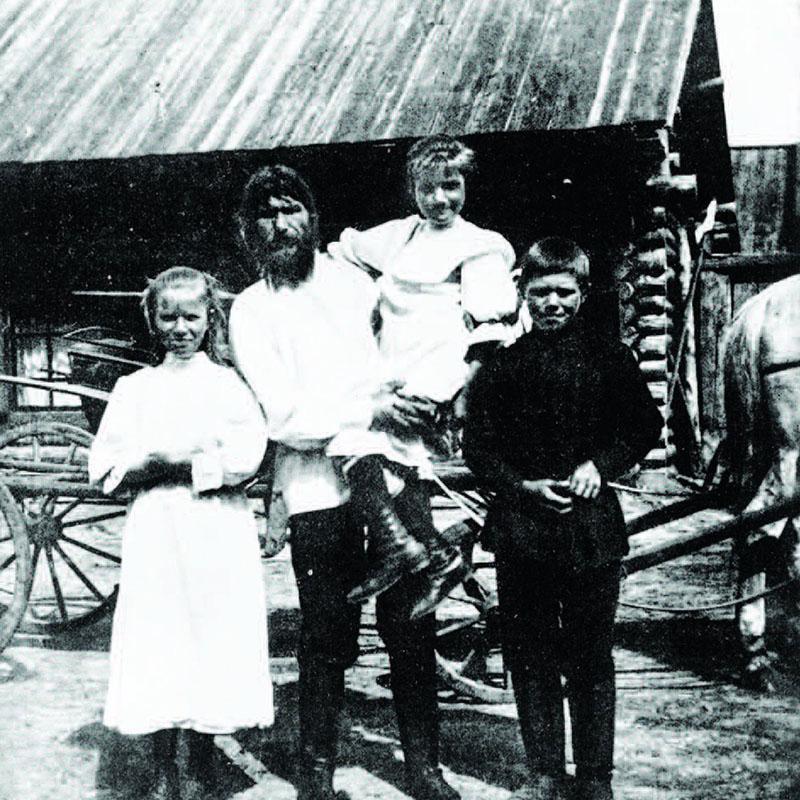 Gyermekeivel szülőfalujában