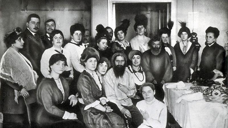 Szentpéterváron a hölgyrajongók gyűrűjében