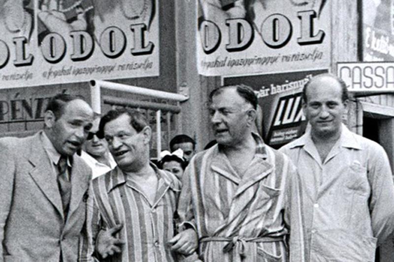 Barátok közt, balról a második csíkos ingben, Karinthy Frigyes, a kép jobb szélén Rejtő Jenő