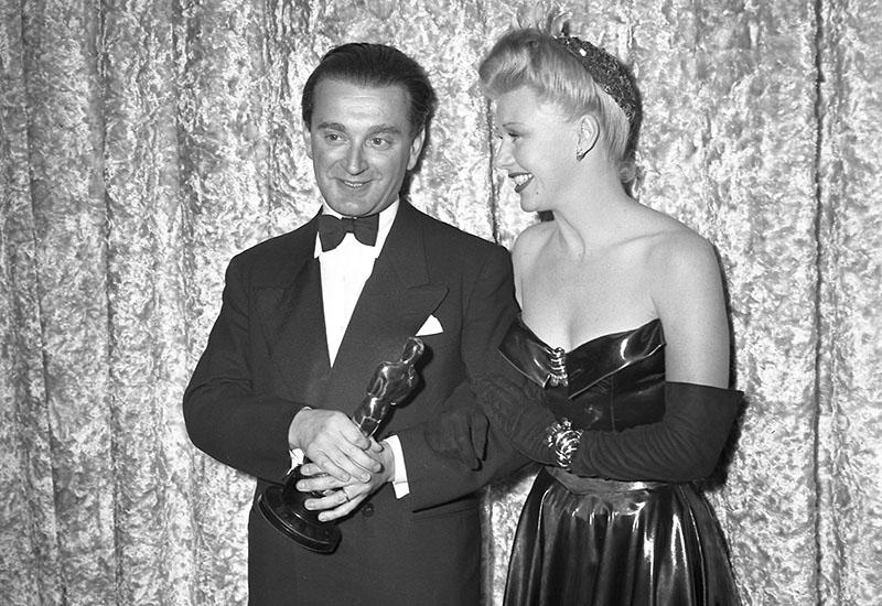 Rózsa Miklós az Elbűvölve című filmért kapott díjjal 1946-ban