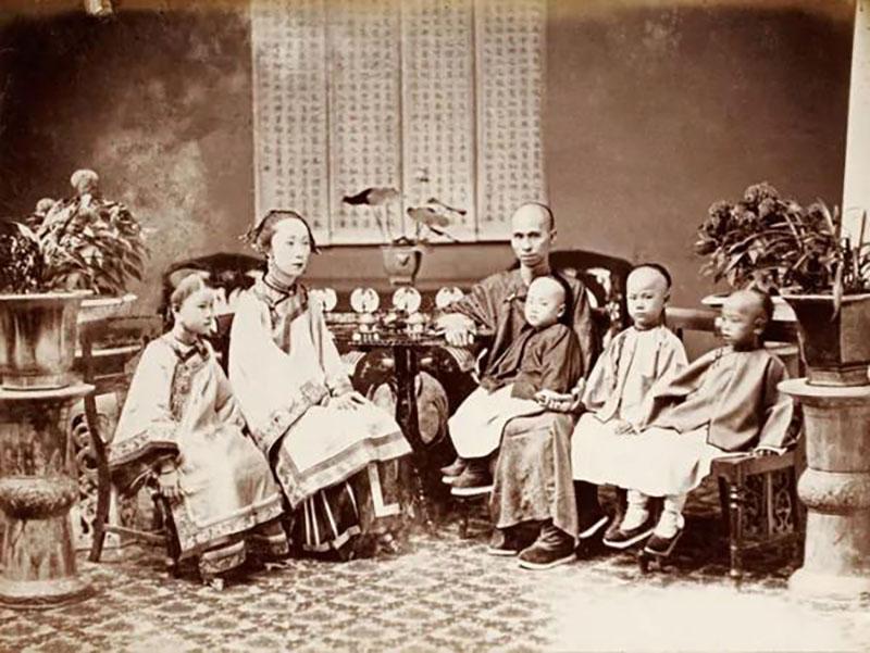 Kínai üzletember és családja 1860 körül.