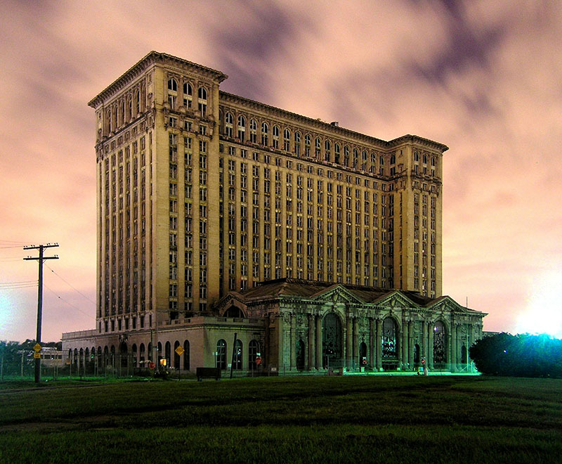 A Detroiti Központi Pályaudvar elhagyott épülete a hanyatló város egyik jelképe lett
