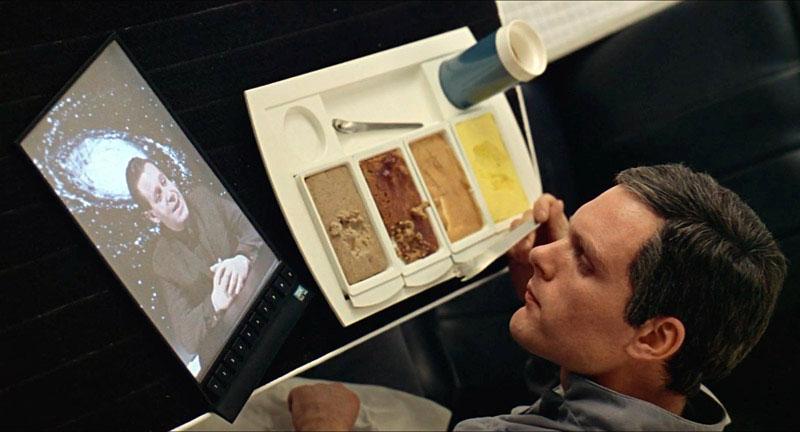 Keir Dullea és a tablet jóval a tablet feltalálása előtt a 2001: Űrodisszeia című filmben