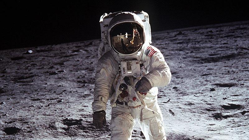 Buzz Aldrin holdséta közben 1969-ben