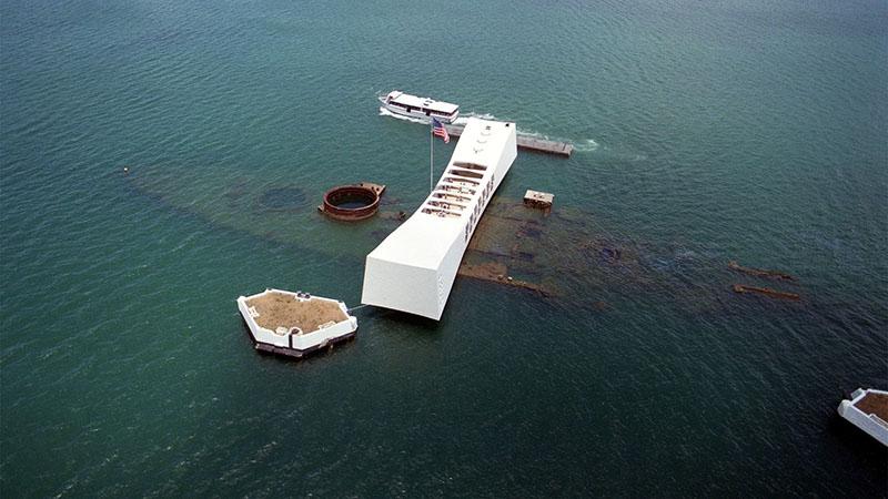 A USS Arizona csatahajó fölé emelt múzeum Pearl Harbor kikötőjében