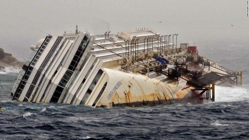 A Costa Concordia a mentési munkálatok közben