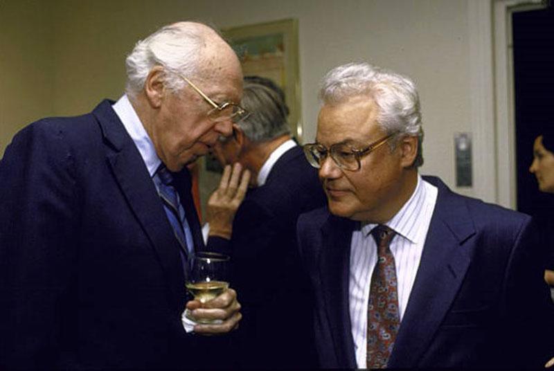 Arkagyij Nyikolajevics Sevcsenko (jobbra) a CIA igazgatójával