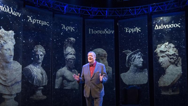 Stephen Fry előadást tart a trilógia első kötetéből