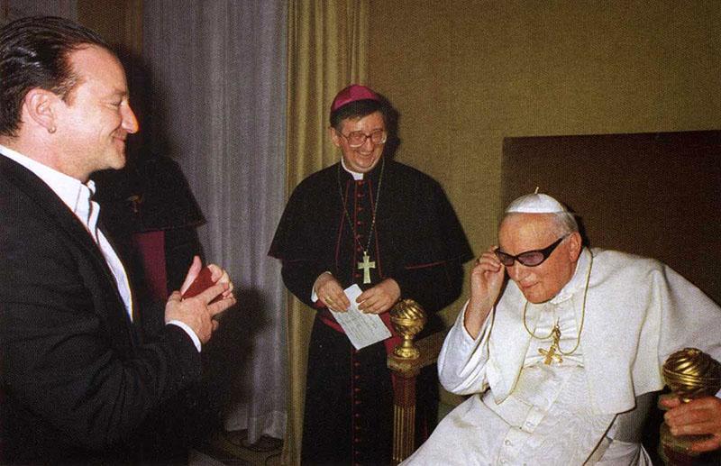II. János Pál felpróbálja Bono szemüvegét