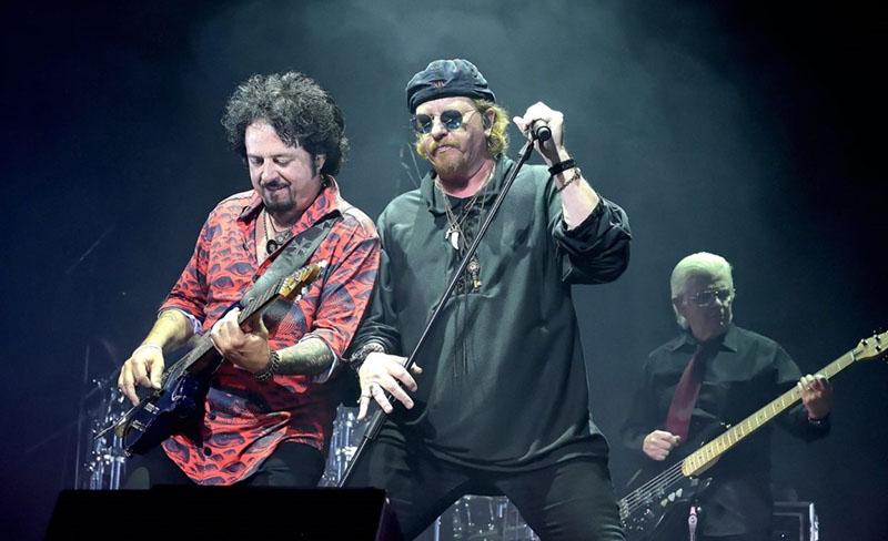 Steve Lukather zenekarvezető (balra), és Joseph Williams énekes
