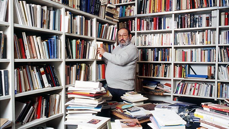 Umberto Eco a könyvtárában